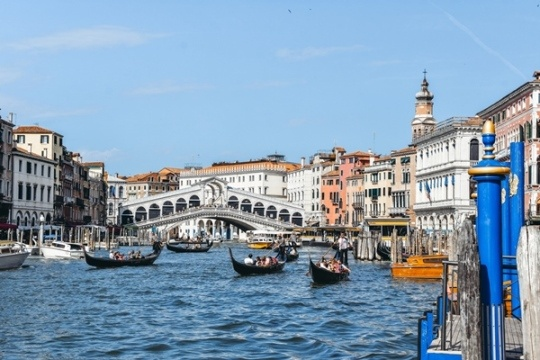 best things to do in Venice in Italy: When in the city, make sure you don`t miss out famous Rialto Bridge. This elegant bridge, connecting the San Marco and San Polo districts of Venice, is stretching across the narrowest point of the Grand Canal. It`s a Renaissance architectural and engineering marvel, and therefore, it`s unmissable attraction in Venice.