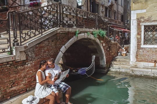 things to do in Venice: Get lost in a maze of narrow streets and hidden alleys is undoubtedly one of the best things to do in Venice in Italy. With more than 150 canals lined with magnificent architecture, it will be easy. It is an excellent way to see the other side of the city. Besides, it`s also one of free things you can do in Venice.