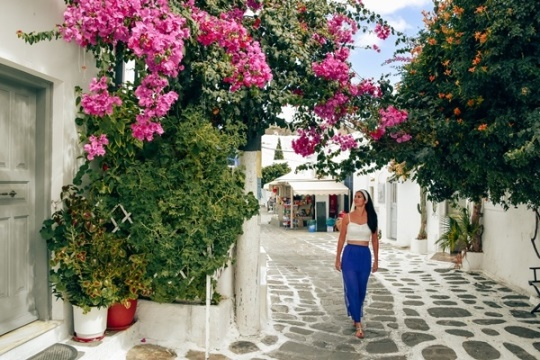 what to do in Mykonos Island: Wander the streets of Mykonos town is one of the best things what to do in Mykonos, because you can discover colourful boungainvillaea trees and beautiful tavernas. The beating heart of the island with a maze of narrow whitewashed lanes with colourful windows and doors is a popular attraction for visitors in Mykonos.