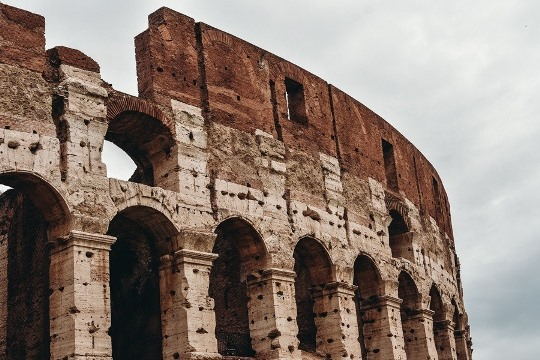 what to do in Rome: the Colosseum, also known as the Flavian Amphitheatre is, without doubt, an unmissable thing to see in Rome in Italy, because it is a symbol of this famous city. Three stories high Colosseum is certainly an architectural marvel.