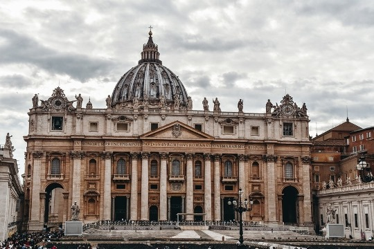 what to do in Rome: St Peters`s Basilica in Vatican is an unmissable attraction in Rome because it is one of the holiest Christian sites in the world.