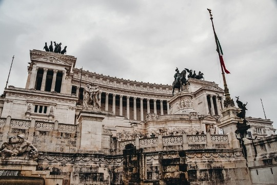things to do in Rome Italy: Vittorio Emmanuele II Monument Rome, located at the heart of Rome, is one to the top attractions in Rome. This impressive white marble monument was dedicated to the first king who united Italy.