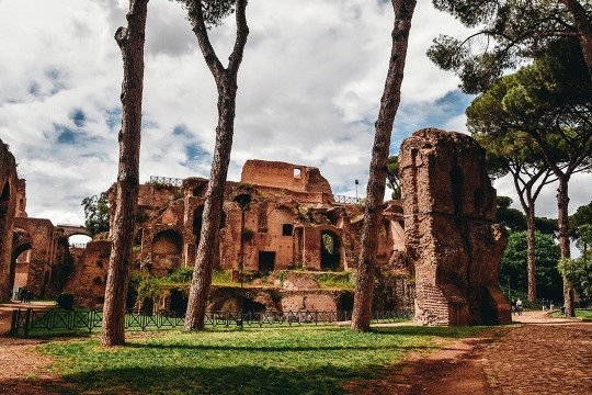 things to do in Rome in Italy: The Palatine Hill is the most central of the Seven hills of Rome. Once the most desirable address in ancient Rome is, according to legend, the place where Romulus killed his brother. The peaceful Palatine hill offers the most incredible views of the city. Therefore, it is a must for every visitor in Rome.