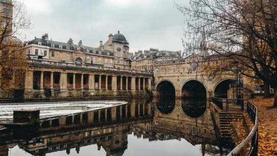 what to do in Bath in UK: Pulteney Bridge is one of the best things to see in Bath in UK because this iconic elegant bridge is a city`s famous landmark. It is also one of the four bridges in the world lined with quaint shops and restaurants on both sides.