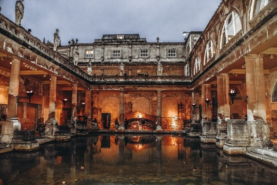 things to do in Bath England: The Great Bath is one of the most famous parts of the famous Roman Baths. It is a top attraction of the city because it is the best-preserved Roman remains in the world. Also, the Great Bath with steaming pool is a centrepiece of the Roman Bath complex.