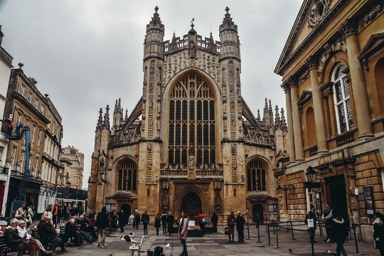 things to do in Bath UK: Bath Abbey is one of the top things to see in Bath in England because it saw the coronation of the very first king of England. Also, this beautiful honey-coloured Gothic cathedral is a masterpiece.