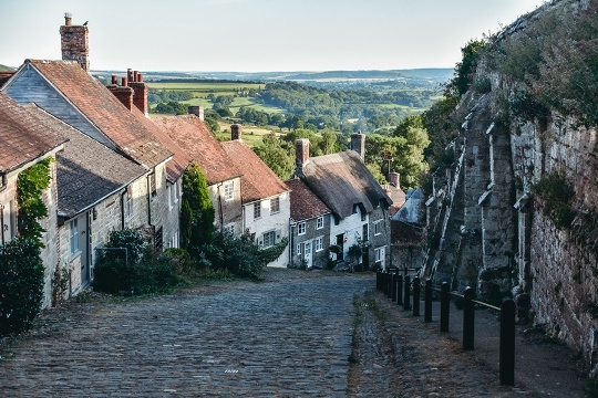 what to do in Dorset: a visit to Gold Hill in Shaftesbury and walk one of Dorset`s most picturesque streets. A cobblesd street lined with chocolate-box cottages is very charming and, therefore, it`s a popular attraction in Dorset.