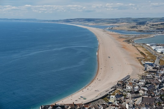 things to do in Dorset: Chesil beach is one of Dorset`s most iconic attarcions and is a part of the Jurassic Coast. This is 28 km long undeveloped beach with more than 180 million pebbles. Chesil beach is perhaps the finest barrier beach in the world and, therefore, it`s one of the best things to see in Dorset.