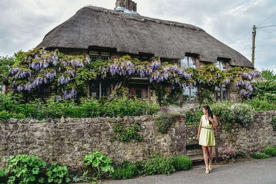 Amberley village has many traditional thatched roof cottages and stone walls covered in flowers. At its best in the late spring and the summer, when the smell of blooming flowers wafts through the air, Amberley is magical.