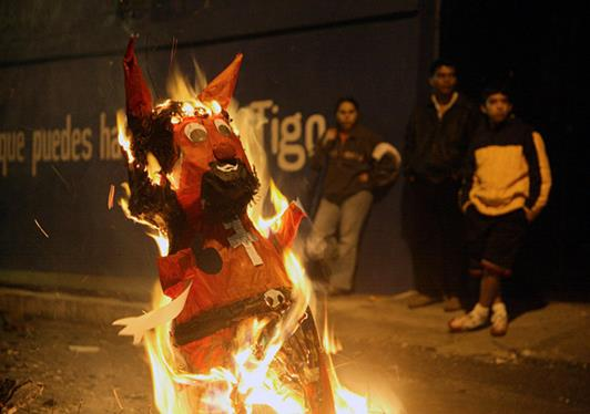 Christmas traditions around the world: Every year on 7th December at 6 PM, the locals build bonfire outside their homes. This annual Guatemalan Christmas traditions started back in the colonial times. The people in Guatemala believe that the devil lives in the dark and dirty corners of their homes.