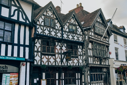 things to do in Stratford-upon-Avon: Garrick Inn - one of the Stratford's oldest pubs and, therefore, it is a popular thing to see in Stratford-upon-Avon. This beautiful half-timbered Tudor building with woodcarvings is three storeys high.
