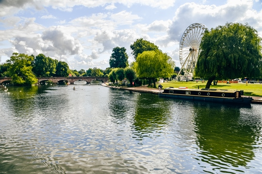 Stratford-upon-Avon is a popular travel destination for families, couples and also tourists visiting England from overseas. It is a popular day trip for everyone who loves the breath-taking scenery and wants to soak up British history, and culture.