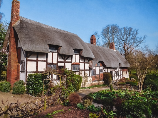things to do in Stratford upon Avon: Exploring Anne Hathaway's Cottage is one of the top things to do in Stratford-upon-Avon. This well-preserved Tudor cottage has expansive gardens, an orchard and a sculpture trail. It is the most romantic of the Shakespeare Houses and one of the most visited attractions in the town.