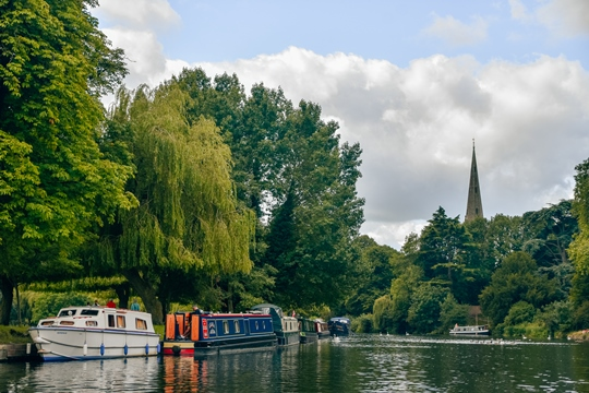 things to do in Stratford upon Avon: Floating down the River Avon is one of the top things to do in Stratford-upon-Avon because it allows you to see the town from a different angle while relaxing and enjoying the peaceful scenery.