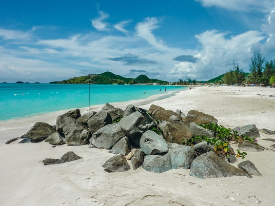 things to do in Antigua and Barbuda: Jolly beach is one of the most beautiful beaches in Antigua. Many day tours leave from here. Therefore, a visit to Jolly Beach is a popular thing to do in Antigua and Barbuda.