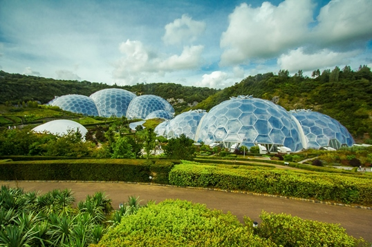 places to visit in Cornwall: The Eden project is one of the best places to visit in Cornwall because Eden's giant bubble-shaped biomes are not only home to all kinds of plants, but also the world's largest indoor rainforest. Therefore, a visit to the Eden Project is one of the best things to do in Cornwall.