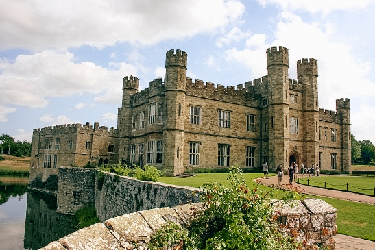 Castles in England: It is easy to see why Leeds Castle is one of the best castles in England. Henry VIII' first wife Catherine of Aragon and five other queens called Leeds Castle a home during its long history. Some say that the fairy-tale Leeds Castle is also one of the most romantic castles in Britain.