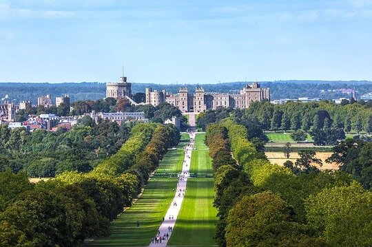 best castles in England: Windsor Castle is the oldest and largest inhabited castle in the world. It is steep in royal history, has beautiful architecture and a medieval feel. The Queen regularly spends weekends here. Also, she hosts state visits from the castle. Therefore, Windsor Castle is one the most visited and the most famous castles in England.The castle is home to the Royal Family.