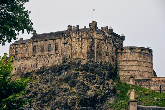 best things to do in Edinburgh: Visiting Edinburgh Castle is one of the best things to do in Edinburgh because this is one of the most famous castles in Scotland. The castle has been at the centre of Scottish life for hundreds of years and is home to the Crown Jewels.