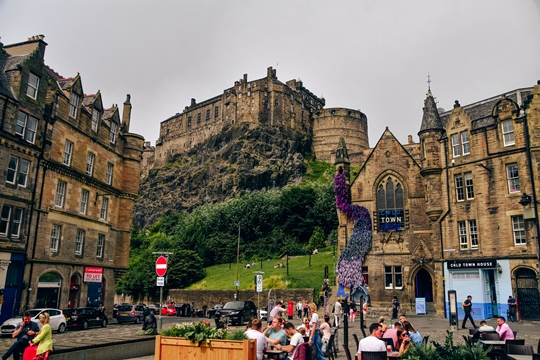 attractions in Edinburgh: The vibrant Grassmarket is one of the best places to visit in Edinburgh because it is one of the main marketplaces in the city. In the past, it was once the place of public executions, and today it is one of the popular places to visit in Edinburgh. You can find here shops with souvenirs, pubs and restaurants. Also, you will see the castle from Grassmarket.