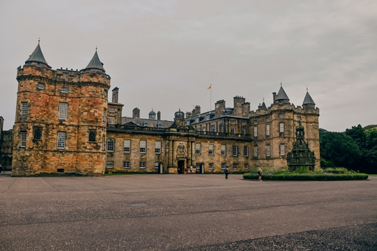 places to visit in Edinburgh: The Palace of Holyroodhouse is one of the best places to visit in Edinburgh for history lovers. It is also the official Scottish residence of the Queen. Therefore, visiting the Palace of Holyroodhouse is one of the famous attractions in Edinburgh.
