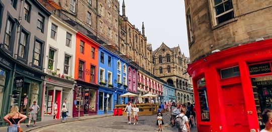 best things to do in Edinburgh: Wandering the streets of Edinburgh Old Town is one of the best things to do in Edinburgh, and it will cost you nothing. Each twist and turn of Edinburgh's narrow streets offer beautiful views of the Old Town. Do not miss colourful Victoria Street, which is full of cute shops and tasty restaurants.