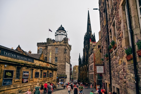 the best things to do in Edinburgh: Walking cobblestoned Royal Mile is one of the best things to do in Edinburgh because it is one of the most popular parts of the Old Town which is a UNESCO Heritage Site.
